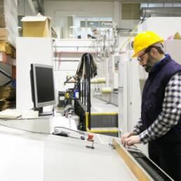 Imagem mostra trabalhador pensando na aposentadoria especial