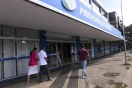 Imagem mostra mulher preocupada com PEXT no extrato previdenciário