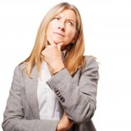 Imagem mostra pessoa com dúvidas sobre aposentadoria