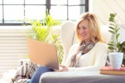 Imagem mostra mulher se preparando para saber como dar entrada na aposentadoria