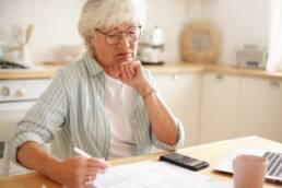 Mulher idosa faz a contagem de tempo de serviço