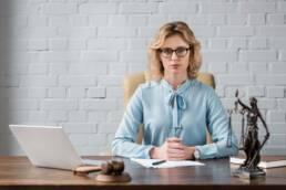 Imagem mostra uma advogada para aposentadoria